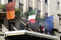 """Roma,15 Ottobre 2011.Manifestazione contro la crisi e l'austerità..Corteo e scontri con le forze dell'ordine.Manifestanti strappano da un albergo le bandiere italiana e europea e calano uno striscione che dice """"que se vayan todos"""" riprendendo lo slogan argentino che vadano via tutti."""