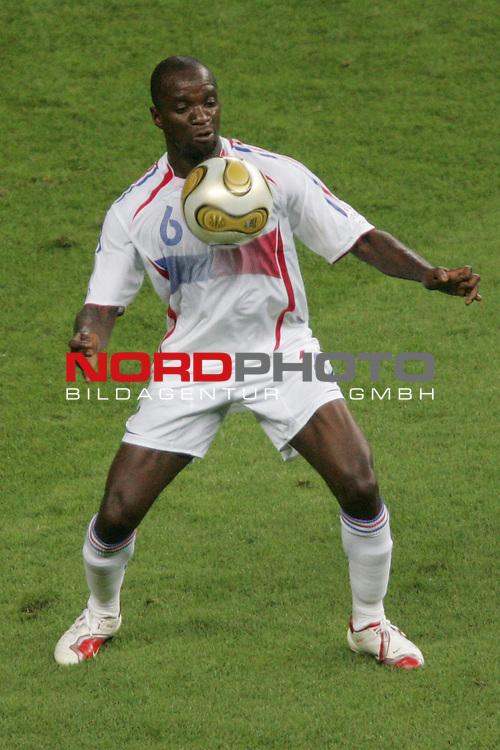 FIFA WM 2006 -  Final - Finale<br /> Play    #64  (09. Juli ) Italien - Frankreich 5:3 n. E. <br /> <br /> Claude Makelele von Frankreich in Einzel Aktion.<br /> Claude Makelele stoppt den Ball mit der Brust.<br /> <br /> Foto &copy; nordphoto