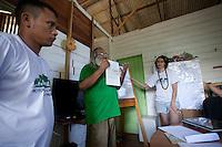 Reunião preparatória da equipe do GTA véspera do  III Encontrão.<br /> <br /> Vila Progresso.<br /> <br /> Com a criação da Convenção sobre Diversidade Biológica - CDB -  tratado da Organização das Nações Unidas,  e a ratificação do protocolo de Nagoia em  2010,   se inicia um processo de organização para os  Povos e Comunidades Tradicionais em  busca de maior  qualidade de vida não apenas na Amazônia, mas em todo  mundo. <br /> <br /> Assim, em dezembro de 2013 a Rede Grupo de Trabalho Amazônico – GTA, em parceria com a Regional GTA/Amapá, o Conselho Comunitário do Bailique, Colônia de Pescadores Z-5, IEF, CGEN/DPG/SBF/MMA, juntamente com 36 comunidades do Arquipélago do Bailique, inicia o processo de criação do primeiro protocolo comunitário na Amazônia, instrumento que regula relações comerciais amparado por leis ambientais, estabelecendo o mercado justo, proteção da biodversidade,  entre outros . <br /> <br /> Desta forma, após dezenas de encontros, debates e oficinas,  as Comunidades Tradicionais do Bailique, articuladas pelo GTA,  se reuniram durante os dias 26, 27 e 28 de fevereiro, onde os moradores, em assembléia geral ordinária, definiram sua personalidade jurídica   criando uma associação para atuação comercial, votando seu estatuto e estabelecendo os diversos grupos de trabalho necessários para a gestão do Protocolo Comunitário.<br /> <br /> O encontro na comunidade São João Batista no furo do macaco(igarapé que dá acesso a vila), foz do Amazonas, recebeu cerca de 100 lideranças de 28 comunidades  nestes dias , que chegavam de barcos e canoas acompanhados por suas famílias<br /> <br /> Durante o debate,  representantes  do Ministério do Meio Ambiente, Ministério Público Federal, Fundação Getúlio Vargas, Embrapa e Conab esclareciam dúvidas e indicavam caminhos para fortalecer o primeiro protocolo comunitário na Amazônia.