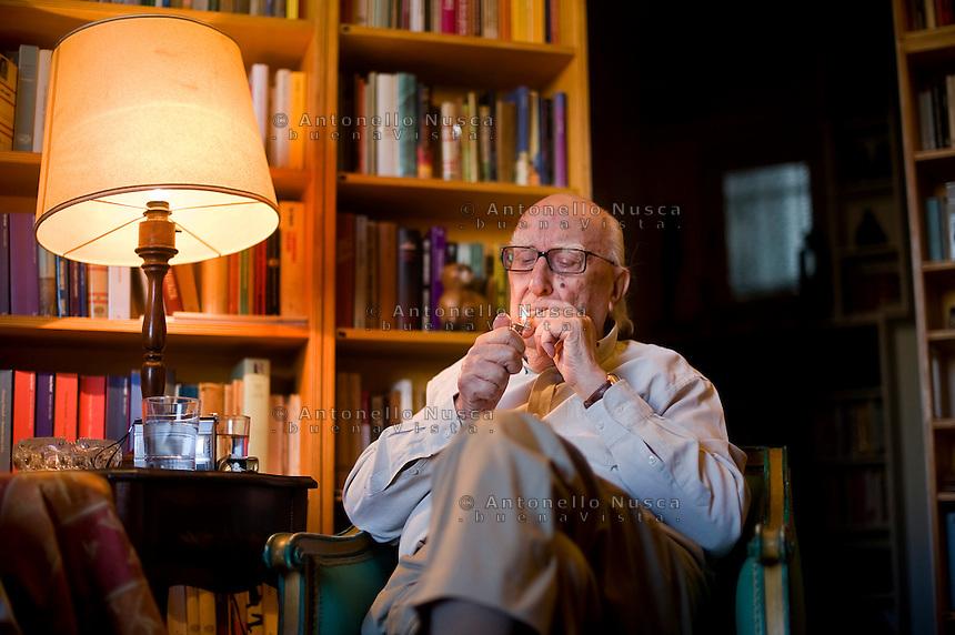 Andrea Camilleri fotografato nella sua casa di RomaAndrea Camilleri fotografato nella sua casa di Roma