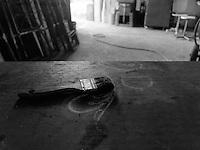 26 &egrave; il numero atomico del ferro. <br /> La parola &ldquo;ferro&rdquo; si utilizza per individuare leghe di pi&ugrave; materiali, una perfetta commistione tra materie diverse: una sorta di equilibrio perfetto tra percentuali di metalli: elementi tenuti insieme, fusi e legati per sempre da ci&ograve; che per convenzione distrugge e disinfetta: il fuoco.<br /> &ldquo;VENTISEI&rdquo; &egrave; un progetto fotografico durato 5 anni (2010-2015) nell'officina di Antonio Elia, fabbro artigiano di Poggiardo specializzato nella lavorazione artistica del ferro battuto. Vincitore di numerosi premi ottenuti al Concorso Internazionale di Disegno e Progettazione e al Campionato del Mondo di Forgiatura, Antonio &egrave; l&rsquo;unico concorrente nella storia della manifestazione, nata nel 1973, ad aver partecipato a tre edizioni e ad aver vinto quattro premi.<br /> Un talento, quello di Antonio, alimentato dal padre Salvatore, fabbro artigiano anche lui, e da una passione travolgente, da una perfetta commistione tra manualit&agrave; e creativit&agrave;, che lo ha portato a primeggiare, unico italiano e pi&ugrave; giovane di tutti, tra i migliori maestri del ferro battuto del mondo.<br /> <br /> Il progetto nasce dalla percezione che il ferro produce il ferro: dalla materia prima, (qualunque forma abbia: polvere di ferro, barrette, lamine) la mano dell'uomo riesce a creare quello che sar&agrave; un prodotto destinato ad un utilizzo nuovo o anche ad un attrezzo in ferro che servir&agrave; a costruire altri attrezzi in ferro: una condizione inanimata di genitorialit&agrave; dello strumento verso altri strumenti.<br /> Il progetto fotografico prova a raccontare come la manualit&agrave; crea plasticit&agrave; provvisoria: la polvere che diventa oggetto solido. Il solido, modellato dal fuoco, cambia forma e torna ad essere solido solo dopo aver attinto alla creativit&agrave; dell'artigiano. <br /> La sensazione che rimane, al termine di un ciclo di produzione alla fine del quale r