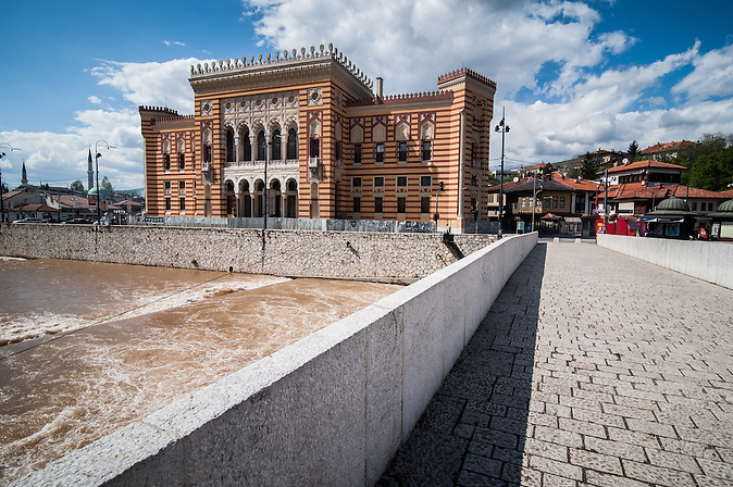 Vijecnica - Die alte Nationalbibliothek von Bosnien und Herzegowina in Sarajewo.  Das Gebäude wurde im August 1992 bei der Belagerung Sarajevos im Bosnienkrieg schwer beschädigt, seitdem aber wieder aufgebaut. Am 9. Mai 2014 fand die Wiedereröffnung der Vijecnica statt.