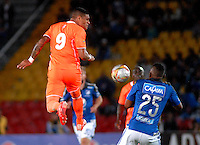 BOGOTA - COLOMBIA -27 -10-2015: Elkin Blanco (Der.) jugador de Millonarios disputa el balón con Jose Guerra (Izq.) jugador de Envigado FC, durante partido entre Millonarios y Jaguares FC, por la fecha 17 de la Liga Aguila II-2015, jugado en el estadio Nemesio Camacho El Campin de la ciudad de Bogota. / Elkin Blanco (R) player of Millonarios vies for the ball with Jose Guerra (L) player of Envigado FC, during a match between Millonarios and Jaguares FC, for the date 17 of the Liga Aguila II-2015 at the Nemesio Camacho El Campin Stadium in Bogota city. Photo: VizzorImage / Luis Ramirez / Staff.