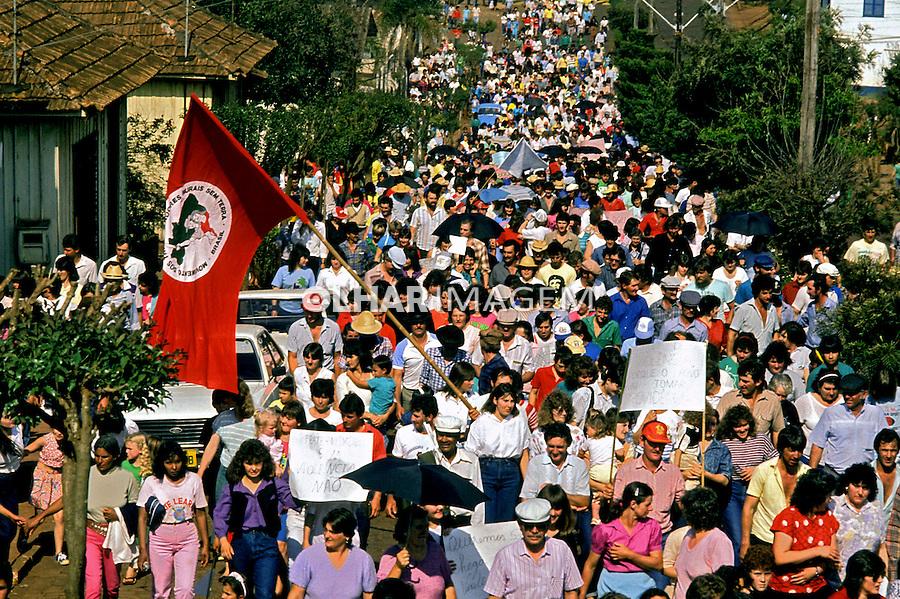 Passeata do Movimento dos Sem Terra em Ronda Alta, Rio Grande do Sul. 2001. Foto de Ricardo Azoury..