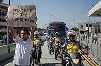 RIO DE JANEIRO, RJ, 01.06.2014 - INAUGURACAO  BRT - RIO DE JANEIRO - Moradores realizam protesto contra a Copa do Mundo na inauguração do BRT Transcarioca, em Madureira, na zona norte do Rio de Janeiro, na manhã deste domingo. (Foto: Tércio Teixeira / Brazil Photo Press).