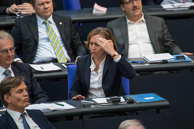 """30. Sitzung des Deutschen Bundestag am Freitag den 27. April 2018.<br /> Auf Antrag der rechtsnationalistischen """"Alternative fuer Deutschland"""", AfD, musste das Parlament ueber den Entwurf eines Gesetzes zur Aenderung Paragraph 130 des Strafgesetzbuchs (Volksverhetzung) diskutieren. Abgeordnete aller Fraktionen, ausser der Rechtsnationalisten, wiesen dies als Schritt zur Abschaffung des Paragraphen zurueck. <br /> Im Bild: Die stellvertretende AfD-Fraktionsvorsitzende Beatrix Amelie Ehrengard Eilika von Storch empoert sich.<br /> 27.4.2018, Berlin<br /> Copyright: Christian-Ditsch.de<br /> [Inhaltsveraendernde Manipulation des Fotos nur nach ausdruecklicher Genehmigung des Fotografen. Vereinbarungen ueber Abtretung von Persoenlichkeitsrechten/Model Release der abgebildeten Person/Personen liegen nicht vor. NO MODEL RELEASE! Nur fuer Redaktionelle Zwecke. Don't publish without copyright Christian-Ditsch.de, Veroeffentlichung nur mit Fotografennennung, sowie gegen Honorar, MwSt. und Beleg. Konto: I N G - D i B a, IBAN DE58500105175400192269, BIC INGDDEFFXXX, Kontakt: post@christian-ditsch.de<br /> Bei der Bearbeitung der Dateiinformationen darf die Urheberkennzeichnung in den EXIF- und  IPTC-Daten nicht entfernt werden, diese sind in digitalen Medien nach §95c UrhG rechtlich geschuetzt. Der Urhebervermerk wird gemaess §13 UrhG verlangt.]"""