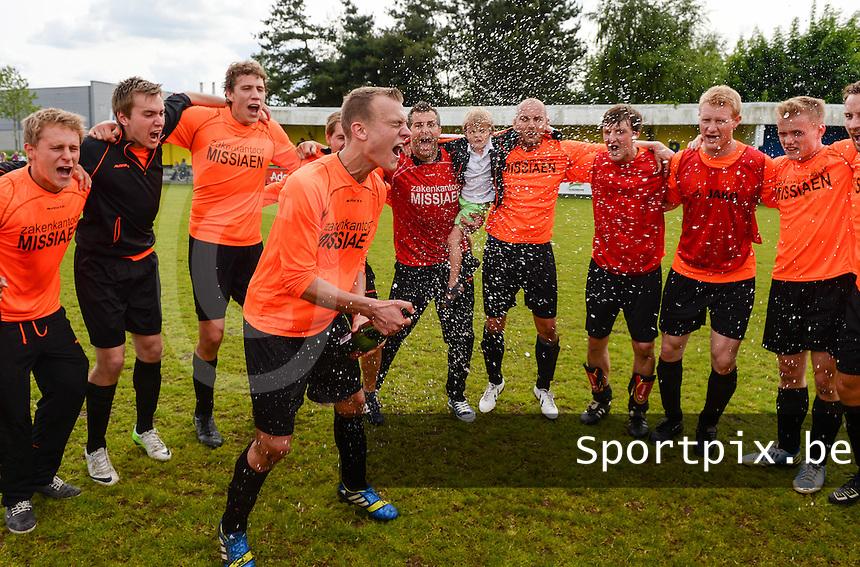 SVD Kortemark - VV Westkapelle : Westkapelle viert de overwinning en de winst in de eindrondefinale van 2de provinciale A<br /> foto VDB / BART VANDENBROUCKE