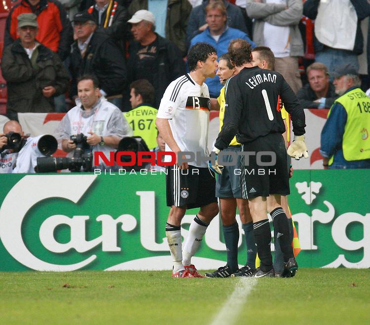 UEFA Euro 2008 Group B Klagenfurt - W&ouml;rthersee Match 11  Stadion Woerthersee<br /> Kroatien ( CRO ) - Deutschland ( GER ) 2:1 ( 1:0)<br /> <br /> Jens Lehmann (Germany / Torh&uuml;ter / Goalkeeper /  ARSENAL London #1) Michael Ballack (Germany / Mittelfeldspieler / Midfielder /  Chelsea London #13) im Gespraech mit dem Schiedsrichter<br /> <br /> Foto &copy; nph (  nordphoto  )<br /> <br /> <br /> <br />  *** Local Caption ***