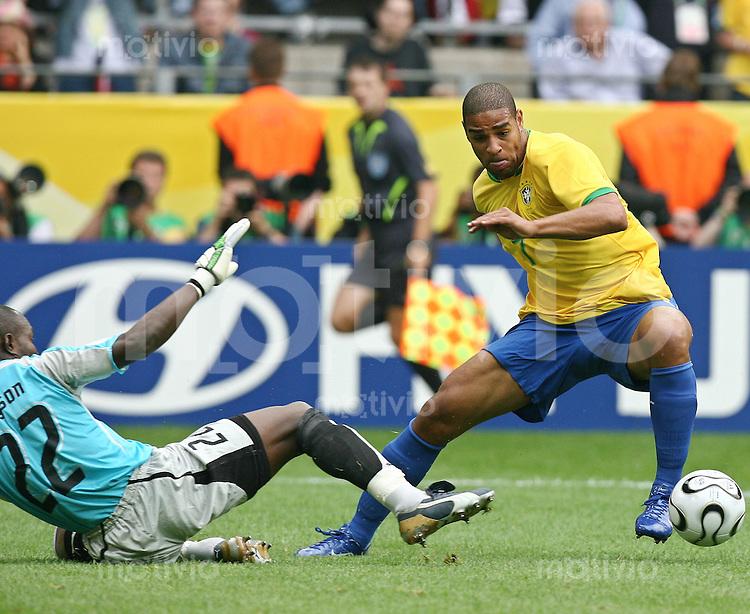 Fussball WM 2006  Achtelfinale  Tor zu 2:0 Richard Kingson (GHA), Adriano (BRA)mitte