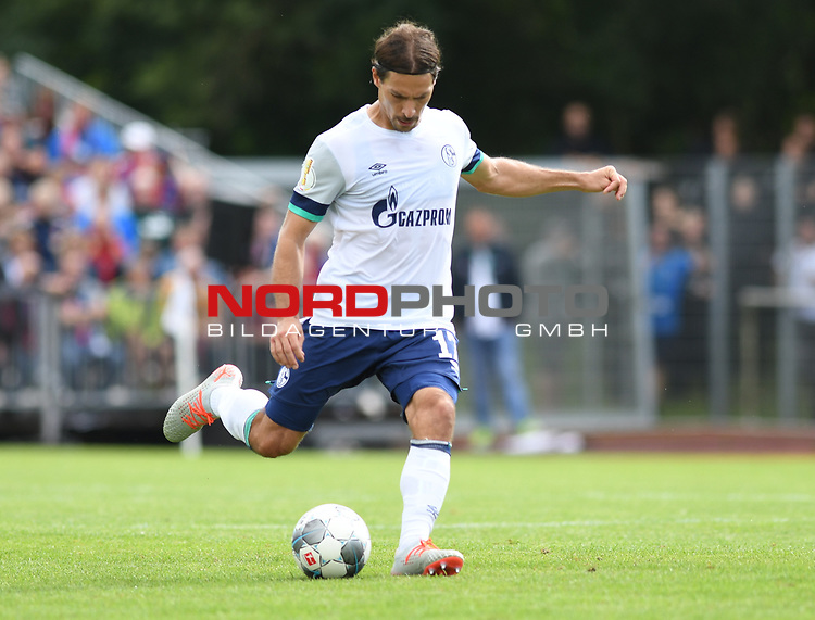 10.08.2019,  GER; DFB Pokal, SV Drochtersen/Assel vs FC Schalke 04 ,DFL REGULATIONS PROHIBIT ANY USE OF PHOTOGRAPHS AS IMAGE SEQUENCES AND/OR QUASI-VIDEO, im Bild Einzelaktion Querformat Benjamin Stambouli (Schalke #17) Foto © nordphoto / Witke