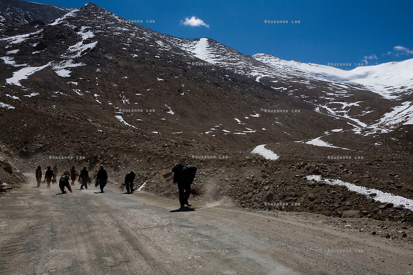 Border Roads Organisation road workers sweep the highway against the backdrop scenery of Nubra Valley, Ladakh on 4th June 2009. The valley of Ladakh is located in the Indian Himalayas, in the northern state of Jammu and Kashmir. Photo by Suzanne Lee