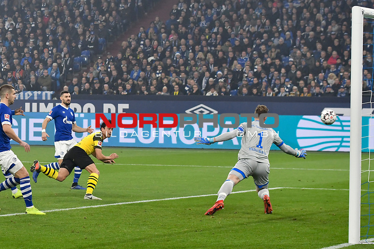 08.12.2018, Veltins-Arena, Gelsenkirchen, GER, 1. FBL, FC Schalke 04 vs. Borussia Dortmund, DFL regulations prohibit any use of photographs as image sequences and/or quasi-video<br /> <br /> im Bild Thomas Delaney (#6, Borussia Dortmund) macht das Tor zum 0:1<br /> <br /> Foto &copy; nordphoto/Mauelshagen