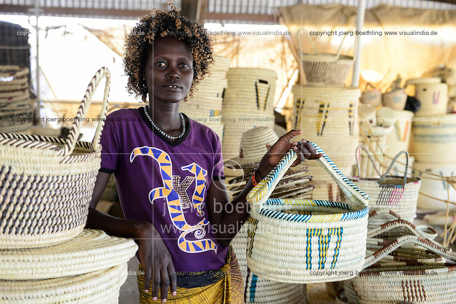 KENYA Turkana, Lodwar, women make baskets for sale at a craft market / KENIA Turkana, Lodwar, Frauen fertigen Koerbe aus Palmblaettern zum Verkauf auf dem Korbmarkt