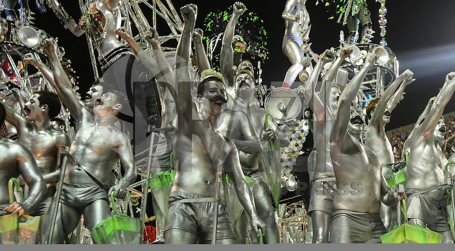 RIO DE JANEIRO, RJ, 11 FEVEREIRO 2013 - CARNAVAL RJ - MOCIDADE INDEPENDENTE DE PADRE MIGUEL - Integrantes da escola de samba Mocidade Independente de Padre Miguel durante desfile no primeiro dia do Grupo Especial no Sambódromo Sapucai na capital fluminense, na madrugada desta segunda 11. (FOTO: VANESSA CARVALHO - BRAZIL PHOTO PRESS).