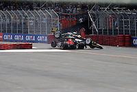 SÃO PAULO, SP, 14 DE MARÇO DE 2010 - SÃO PAULO INDY 300 - Na tarde desta domingo acontece em São Paulo a São Paulo Indy 300, etapa de abertura da temporada 2010 da IZOD IndyCar Series. Na foto batida entre os pilotos Marco Andretti e Mario Moraes no grid de largada nas ruas de São Paulo, passando pelo Sambódromo e Marginal do Tietê. (FOTO: WILLIAM VOLCOV / NEWS FREE).