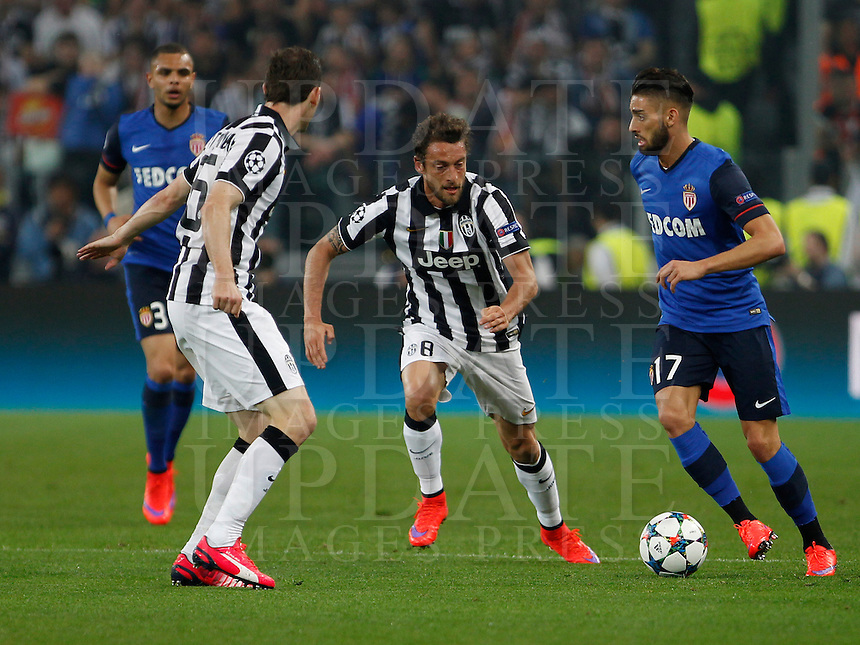 Calcio, quarti di finale di andata di Champions League: Juventus vs Monaco. Torino, Juventus stadium, 14 aprile 2015.<br /> Monaco's Ferreira Carrasco, right, is challenged by Juventus' Claudio Marchisio, center, and Stephan Lichsteiner, during the Champions League quarterfinals first leg football match between Juventus and Monaco at Juventus stadium, 14 April 2015.<br /> UPDATE IMAGES PRESS/Isabella Bonotto