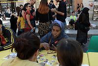 Roma, 20 Ottobre 2018<br /> Prima tavolata romana senza muri<br /> Prima tavolata romana senza muri, in Via della Conciliazione di fronte alla Basilica di San Pietro, iniziativa co-promossa da Focsiv,I Municipio di Roma Capitale,Intersos per lanciare un messaggio di solidarietà e inclusione alla città e al paese in cui viviamo.<br /> <br /> Una tavola lunga 270 metri imbandita per 650 persone, abitanti nella città, sedute per un pranzo frugale, offerto dalle organizzazioni, ma condividendo un pensiero comune: che Roma da 2.700 anni condivide, integra, include, mescola culture, tradizioni, lingue, storie e cibi nessuno escluso.
