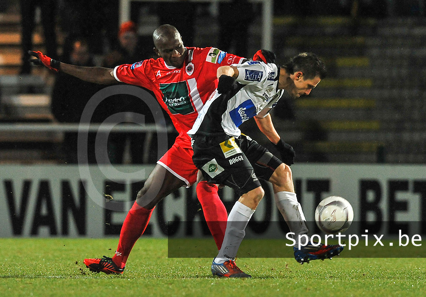 KSV Roeselare - R. Antwerp FC : Benjamin Lutun in duel met Mady Panandetiguiri (links).foto VDB / BART VANDENBROUCKE