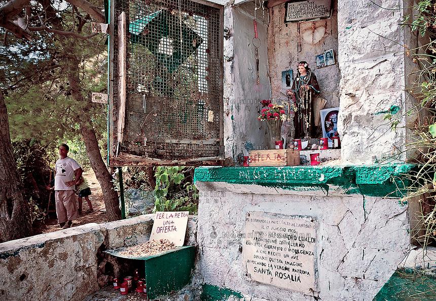 edicola votiva con Santa Rosalia a monte Pellegrino lungo il sentiero dei pellegrini.<br /> Votive shrine with saint Rosalia along the path of the pilgrimage to the sanctuary