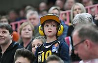 Basketball  1. Bundesliga  2017/2018  Hauptrunde  14. Spieltag  23.12.2017 Walter Tigers Tuebingen - Basketball Laewen Braunschweig Der junge Tigers Fan Matti (Mitte) beobachtet in der Paul Horn Arena das Spiel