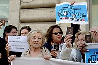 Roma, 13 Novembre 2018<br /> Giuliana Sgrena.<br /> Giornalisti mostrano il tesserino professionale e espongono cartelli con scritto &quot;qui abita uno sciacallo&quot; durante un flash mob per denunciare gli attacchi politici contro la stampa, la libert&agrave; di informazione e i giornalisti da parte di esponenti del Governo .
