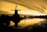 Nederland  Zaandam Zaanse Schans 2016. Molens aan de Zaan. De Gekroonde Poelenburg. ( Geel filter van Photoshop ).  Foto Berlinda van Dam / Hollandse Hoogte