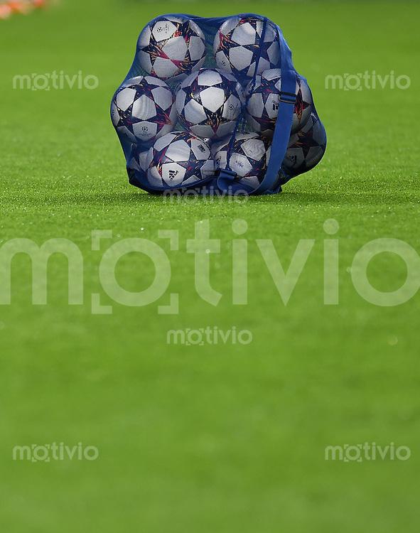 FUSSBALL   CHAMPIONS LEAGUE   SAISON 2014/2015   Vorrunde FC Barcelona - Paris St. Germain      10.12.2014 Ein Ballsack mit Adidas CHL Baellen liegt auf dem Rasen des Nou Camp Stadion in Barcelona