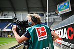 Ein Kameramann mit Atemschutzmaske.<br />
