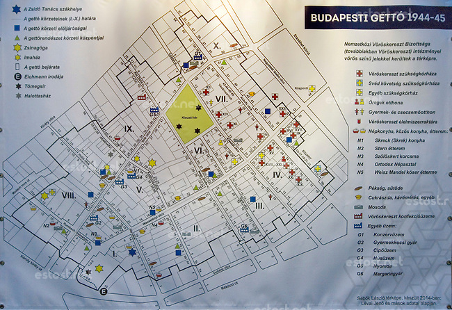 UNGARN, 11.2014. Budapest - VII. Bezirk. Temporaere Ausstellung auf dem Klauzál tér zum Gedenken des von den ungarischen Pfeilkreuzler-Nazis im November 1944 eingerichteten Ghettos im alten Juedischen Viertel der Elisabethstadt (Erzsébetváros). Auf dem Platz wurden die Toten zusammengetragen, es entstanden mehrere Massengraeber. Karte des Ghettos mit allen Institutionen. | Temporary exhibition on Klauzal square commemorating the ghetto erected in November 1944 by the the Hungarian Arrowcross nazis in the old Jewish quarter of the Elizabethtown district. To this square all corpses were brought, it was the place of several mass graves. Map of the ghetto with all institutions. © Martin Fejér/EST&OST.
