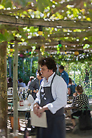 Europe/France/Provence-Alpes-Côte d'Azur/13/Bouches-du-Rhône/Env d'Arles/Le Sambuc: Armand Arnal sur la terrasse du Restaurant Bio: La Chassagnette