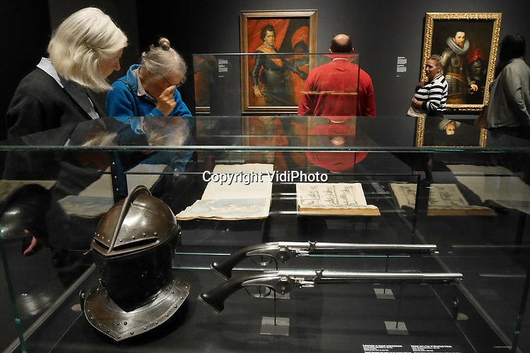 Foto: VidiPhoto<br /> <br /> AMSTERDAM &ndash; Bezoekers van de tentoonstelling &ldquo;80 jaar Oorlog. De geboorte van Nederland&rdquo;, bestuderen ge&iuml;nteresseerd de ge&euml;xposeerde historische voorwerpen. De wisselexpositie in het Rijksmuseum in Amsterdam wordt goed bezocht, vertelt een woordvoerder van het museum. &ldquo;De geboorte van Nederland&rdquo; is de eerste grote tentoonstelling die het gehele conflict belicht en ook het internationale perspectief ervan laat zien. Kwesties als godsdienstvrijheid, zelfbeschikkingsrecht, terreur en vervolging die ook vandaag de dag actueel zijn, komen uitgebreid aan de orde. Begonnen als een opstand tegen het wettige gezag van koning en kerk, ontwikkelde het conflict zich van een burgeroorlog tussen katholieken en protestanten tot een oorlog tussen de staten Nederland en Spanje. De Nederlanden vielen in twee delen uiteen, waarna beide gebieden, nu Nederland en Belgi&euml;, uit elkaar groeiden. Ook de 7-delige televisieserie &ldquo;80 Jaar Oorlog&rdquo; van de NTR over dit onderwerp werd goed bekeken. Hoewel de conclusie gerechtvaardigd lijkt dat er in Nederland een hernieuwde belangstelling is voor de eigen historie, durft het Rijksmuseum dit niet te bevestigen. &ldquo;Dat zou eerst grondig onderzocht moeten worden.&rdquo; De tentoonstelling is nog te zien tot 20 januari.