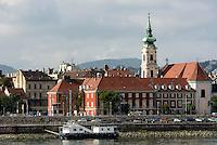Bliick von Pest auf das Budaer Donauufer mit Kirche des heiligen Franziskus, Szt. Ferenc sebei templon, Budapest, Ungarn, UNESCO-Weltkulturerbe