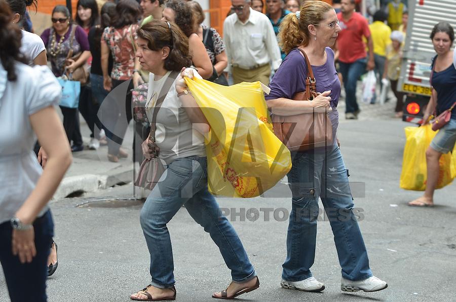 SAO PAULO, 15 DE MARCO DE 2013 - DIA DO CONSUMIDOR - Movimentação de consumidores na região de comercio popular da rua 25 de Março, regiao central da capital, na tarde desta sexta-feira, 15. (FOTO: ALEXANDRE MOREIRA / BRAZIL PHOTO PRESS)
