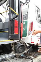 SAO PAULO, SP, 24-12-2014, ACIDENTE ZONA LESTE. Um onibus esmagou um veiculo em um acidente na Av. Mateo Bei  altura do nº 2.200 em São Mateus.  Duas pessoas ficaram feridas no acidente, que envolveu tres coletivos e um automovel. Segundo testemunhas o motorista do troleibus passou mal ao volante, as vitimas foram socorridas a hospitais da região, uma delas pelo helicoptero Aguia. Luiz Guarnieri/ Brazil Photo Press.