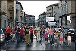 Turismo in Barriera. Concerto spontaneo guidato da Luca Morino in giro per il quartiere di Barriera di Milano. Giugno 2012