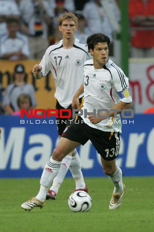 FIFA WM 2006 -  Semi Finals / Halbfinale<br /> Play    #61 (04-Juli) - Deutschland - Italien 0:2 n.V.<br /> <br /> Michael Ballack (vorne) von Deutschland in Einzel Aktion.<br /> Michael Ballack treibt den Ball nach vorne.<br /> Im Hintergrund Per Mertesacker.<br /> <br /> Foto &copy; nordphoto