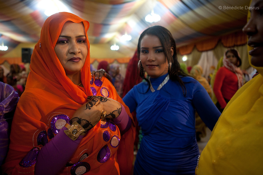 January 3, 2011 - Khartoum, Sudan - Relatives and friends celebrate a modern muslim wedding in Khartoum, Sudan. Photo credit: Benedicte Desrus