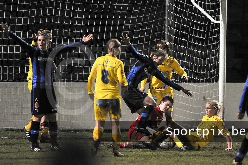 Club Brugge Dames - WB Sinaai Girls : duel om de bal met Anke Langeraert op de grond .foto DAVID CATRY / Vrouwenteam.be