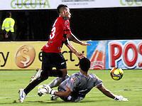 CÚCUTA -COLOMBIA, 17-04-2013. Rodrigo Soria (i) del Cúcuta disputa el balón con Jeferson Martínez(d) arquero del Envigado durante partido de la fecha 11 Liga Postobón 2013-1./ Rodrigo Soria (l) of Cucuta fights for the ball with Jeferson Martínez (r) goalkeeper of Envigado during match of the 11th date of Postobon League 2013-1. Photo: VizzorImage/STR