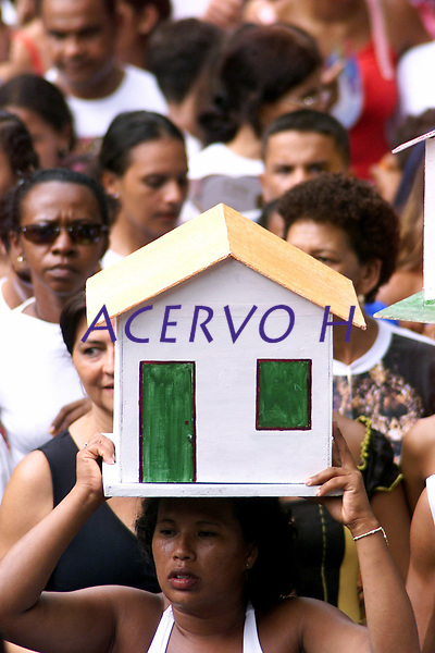 Pagadores de promessa levam objetos durante a prociss&atilde;o para agradecer Nossa Senhora de Nazar&eacute; a uma gra&ccedil;a alcan&ccedil;ada ou desejada . A romaria com cerca de 1.500.000 de pessoas &eacute; considerada uma das maiores prociss&otilde;es religiosas do planeta.<br />Belem-Para-Brasil<br />&copy;Foto: Paulo Santos/ Interfoto<br />12/10/2003