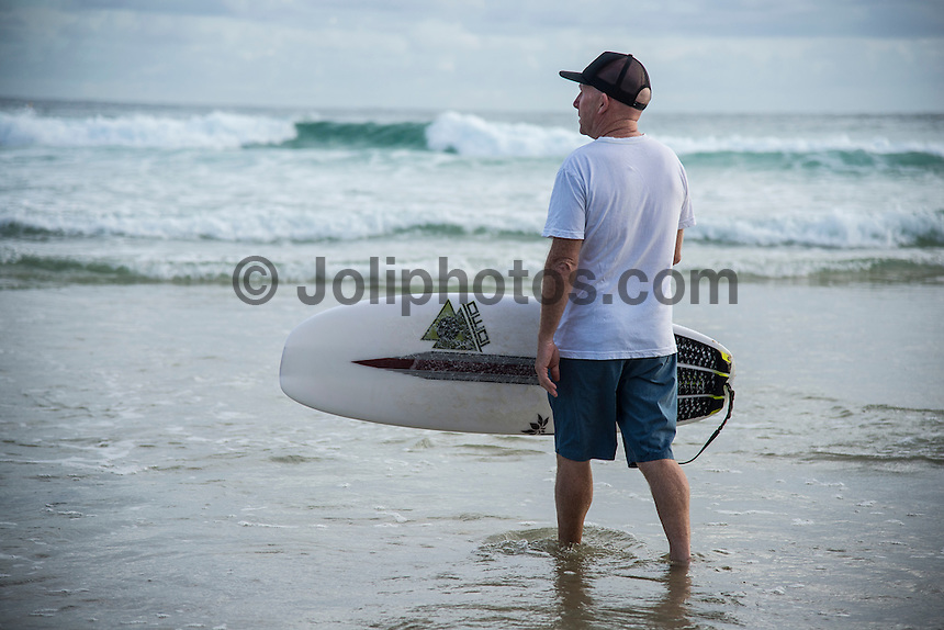 Snapper Rocks, COOLANGATTA, Queensland/Australia (Thursday, March 12, 2015) Stephen Bell (AUS), Kelly Slater's surfboard caddy.- Competition at the Quiksilver Pro Gold Coast continued running through Rounds 3,4 and 5 today at Snapper Rocks. The world&rsquo;s best surfers battled through tough conditions to avoid elimination and earn a place in the Quarter Finals. There were a number of upsets through the day with Top Seeds, John John Florence (HAW), Kelly Slater (USA) and Joel Parkinson (AUS) eliminated from the contest. <br /> -  Photo: joliphotos.com