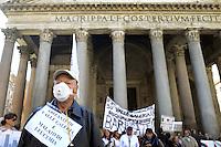 Roma, 17 Ottobre 2012.Manifestazione dei comitati cittadini contro l'ipotesi della discarica a Valle Galeria..Sit in al Pantheon e poi davanti a Montecitorio.Un abitante di Valle Galeria malato di leucemia