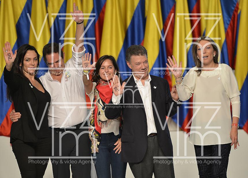 BOGOTÁ -COLOMBIA. 15-06-2014. Juan Manuel Santos (ISegundo Der-zq) candidato por el partido de La Unidad Nacional acompañado de su familia y su fórmula vicepresidencial Germàn Vargas Lleras (segundo Izq-Der) tras terminar su discurso como presidente electo en las eleccciones presidenciales para el período constitucional 2014-18 en Colombia a Oscar Ivan Zuluaga del partido Centro Democratico. La segunda vuelta de la elección de Presidente y vicepresidente de Colombia se cumplió hoy 15 de junio de 2014 en todo el país./ Juan Manuel Santos (second from R)candidate by National Unity party acompanied with his family and his runmate German Vargas Lleras (second from L) after finishing his speech as president elected in the Presidential elections for the constitutional period 2014-15 in Colombia to Oscar Ivan Zuluaga by Democratic Center party. The second round of the election of President and vice President of Colombia that took place today June 15, 2014 across the country. Photo: VizzorImage/ Gabriel Aponte / Staff