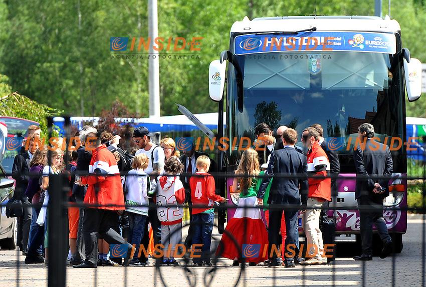 Wieliczka 27/06/2012  strada hotel nazionale italiana.i bambini delle scuole di Wieliczka salutano il pulman della nazionale italiana con un tricolore di 50 metri.Football Calcio Euro 2012.Foto Insidefoto Alessandro Sabattini...