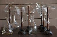 Europe/France/Aquitaine/Gironde/Bassin d'Arcachon/Cap Ferret: Carafe a vin détail de la décoration de la salle du restaurant La Maison du Bassin et son Bistrot, 5, rue des Pionniers