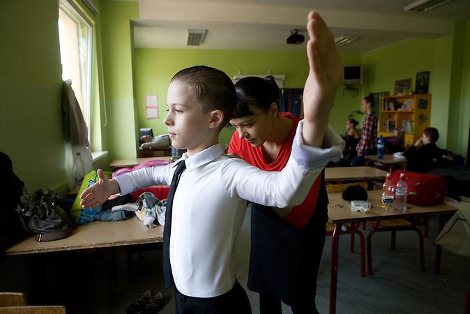Igor wird von seiner Mutter für den Tanzwettbewerb in Sigulda vorbereitet.