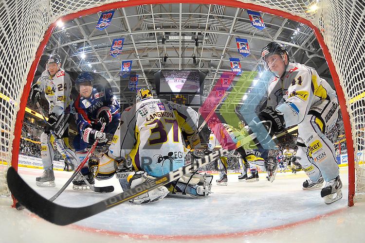 Das 1:0 von Mannheims Adam Mitchell (Nr.27) gegen Krefelds Boris Blank (Nr.24), Krefelds Scott Langkow (Nr.37) und rechts Krefelds Dusan Milo (Nr.11) beim Spiel in der DEL, Adler Mannheim - Krefeld Pinguine.<br /> <br /> Foto &copy; Ice-Hockey-Picture-24 *** Foto ist honorarpflichtig! *** Auf Anfrage in hoeherer Qualitaet/Aufloesung. Belegexemplar erbeten. Veroeffentlichung ausschliesslich fuer journalistisch-publizistische Zwecke. For editorial use only.