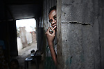 Anya, 16 ans, est clandestine et souffre d'un handicap mental. Sans carte de séjour elle ne peut être traitée à Mayotte. Ses parents essayent en vain de trouver une solution, Labattoir, Mayotte, octobre 2016.