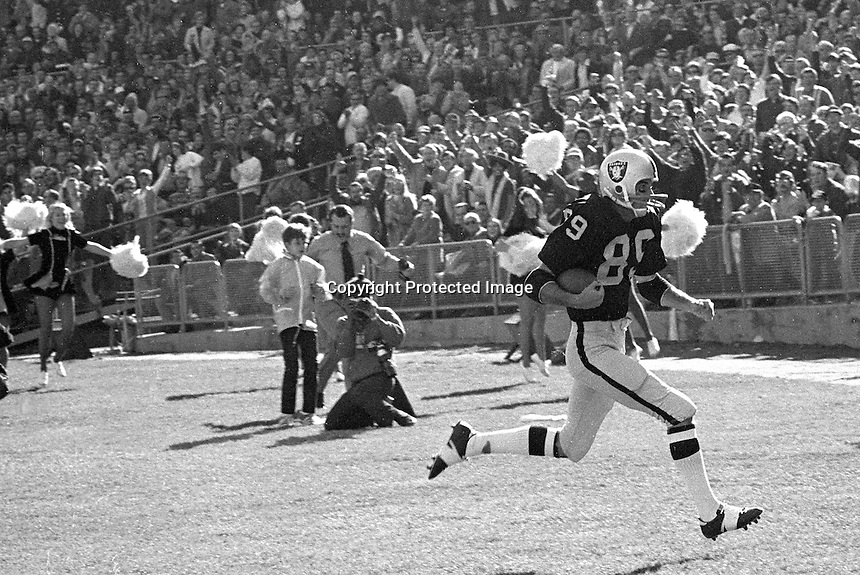 Oakland Raiders end Drew Buie scores Touchdown against the Houston Oilers. (1971 photo/Ron Riesterer)
