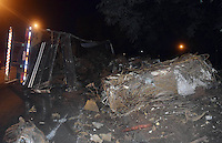 BRAGANÇA PAULISTA, 31.05.2015 - ACIDENTE-SP - Uma carreta, carregada com sucata para reciclagem, tombou no acostamento da Rodovia Fernão Dias. De acordo com o motorista, que não se feriu, o caminhão foi fechado por um carro e perdeu o controle do caminhão, na noite desse domingo (31) em Bragança Paulista, interior de SP. (Foto: Eduardo Carmim/Brazil Photo Press)